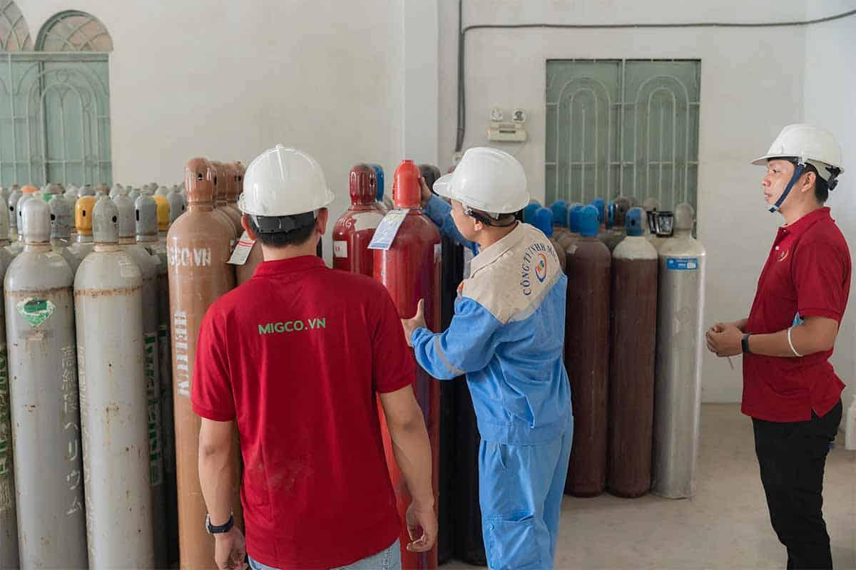 Kiểm tra bình khí trước khi giao hàng